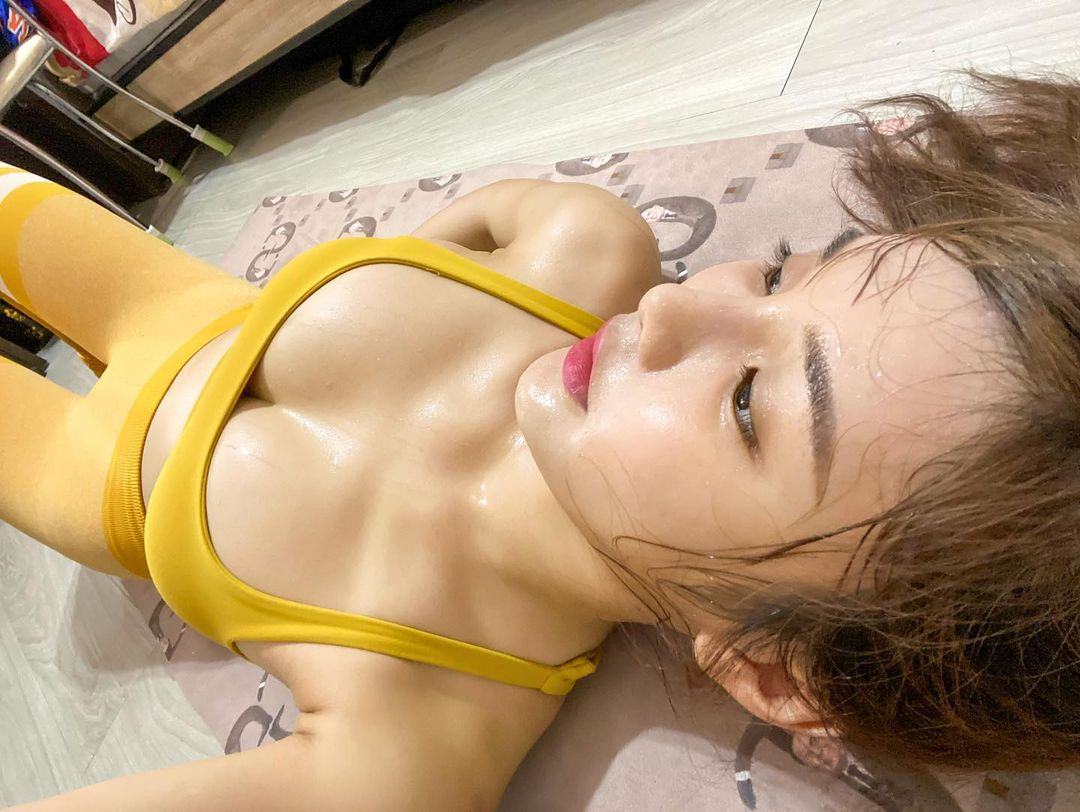 """Khoe vòng 1 cùng body nóng bỏng khi tập thể dục tại nhà, nàng hot girl khiến CĐM phải """"chảy máu mũi"""""""